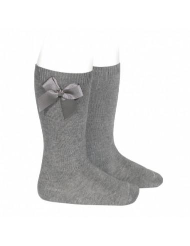 Calcetín niña alto con lazo lateral gros grain gris claro de Cóndor
